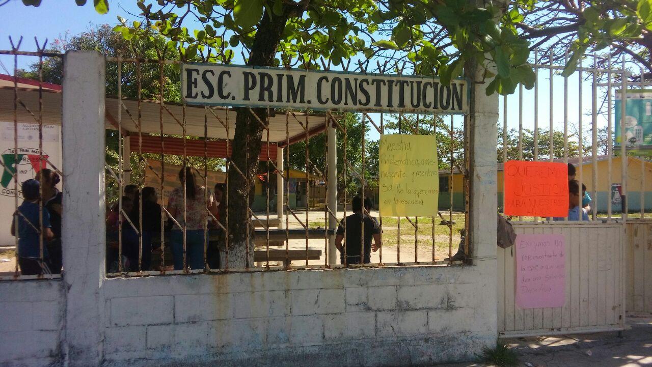 Padres de familia toman la primaria Constitución de Coatzacoalcos