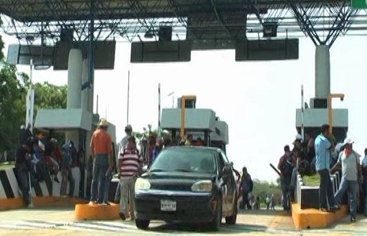Extrabajadores de Pemex piden que los dejen 'botear' en casetas del Sur