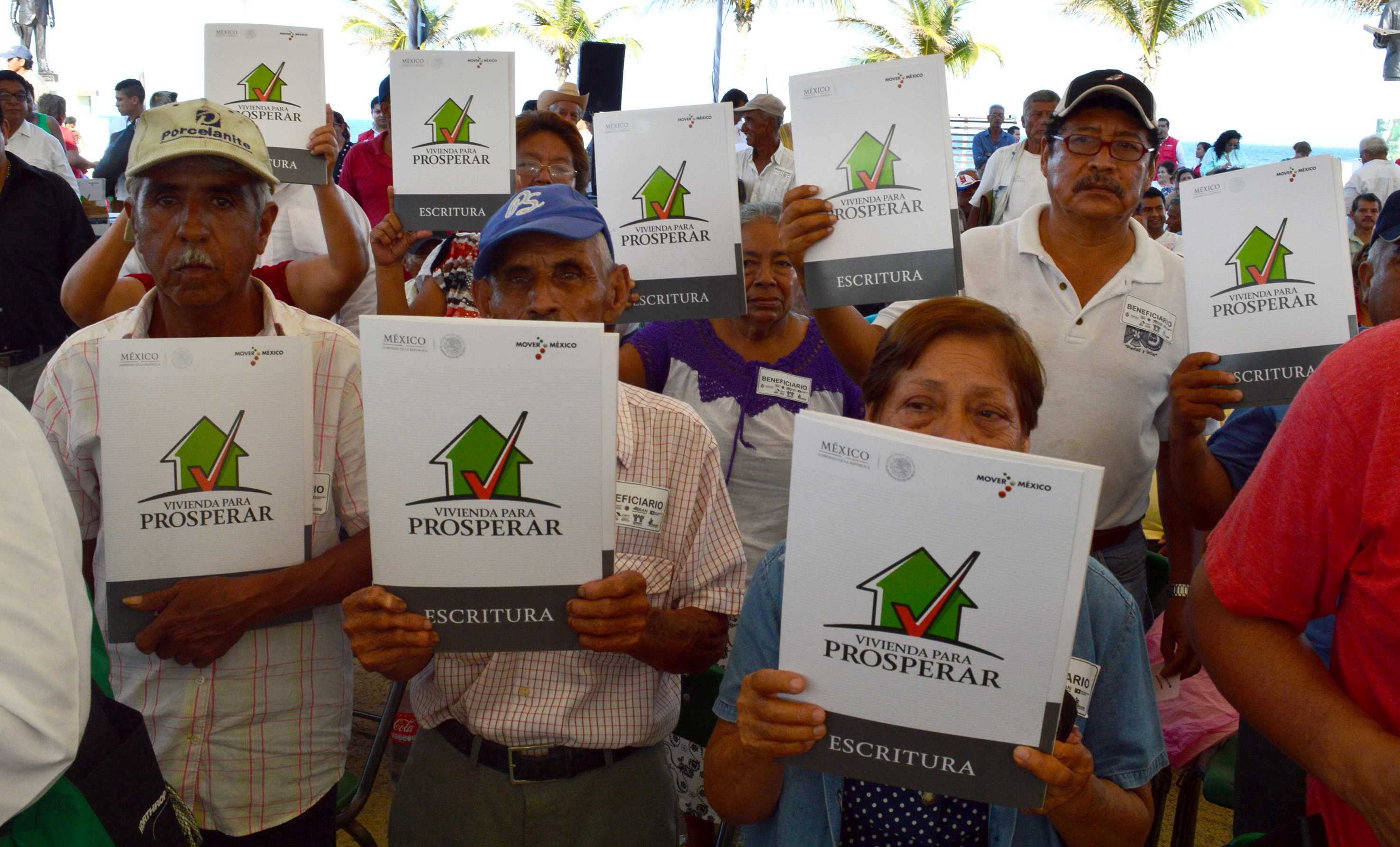 Entrega de escrituras y títulos de propiedad «Papelito Habla» en Veracruz