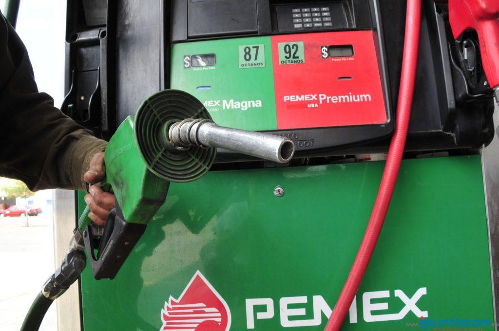 Gasolinas Magna y Premium se venden hoy en tres centavos más