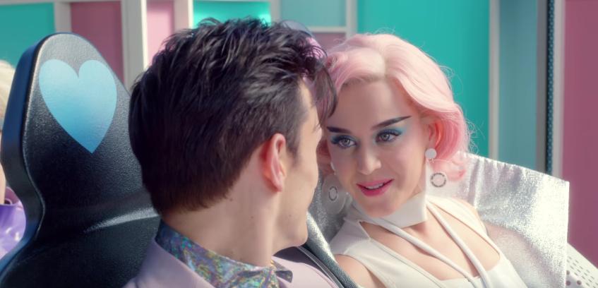 Katy Perry se adentra en un parque temático futurista en su nuevo video