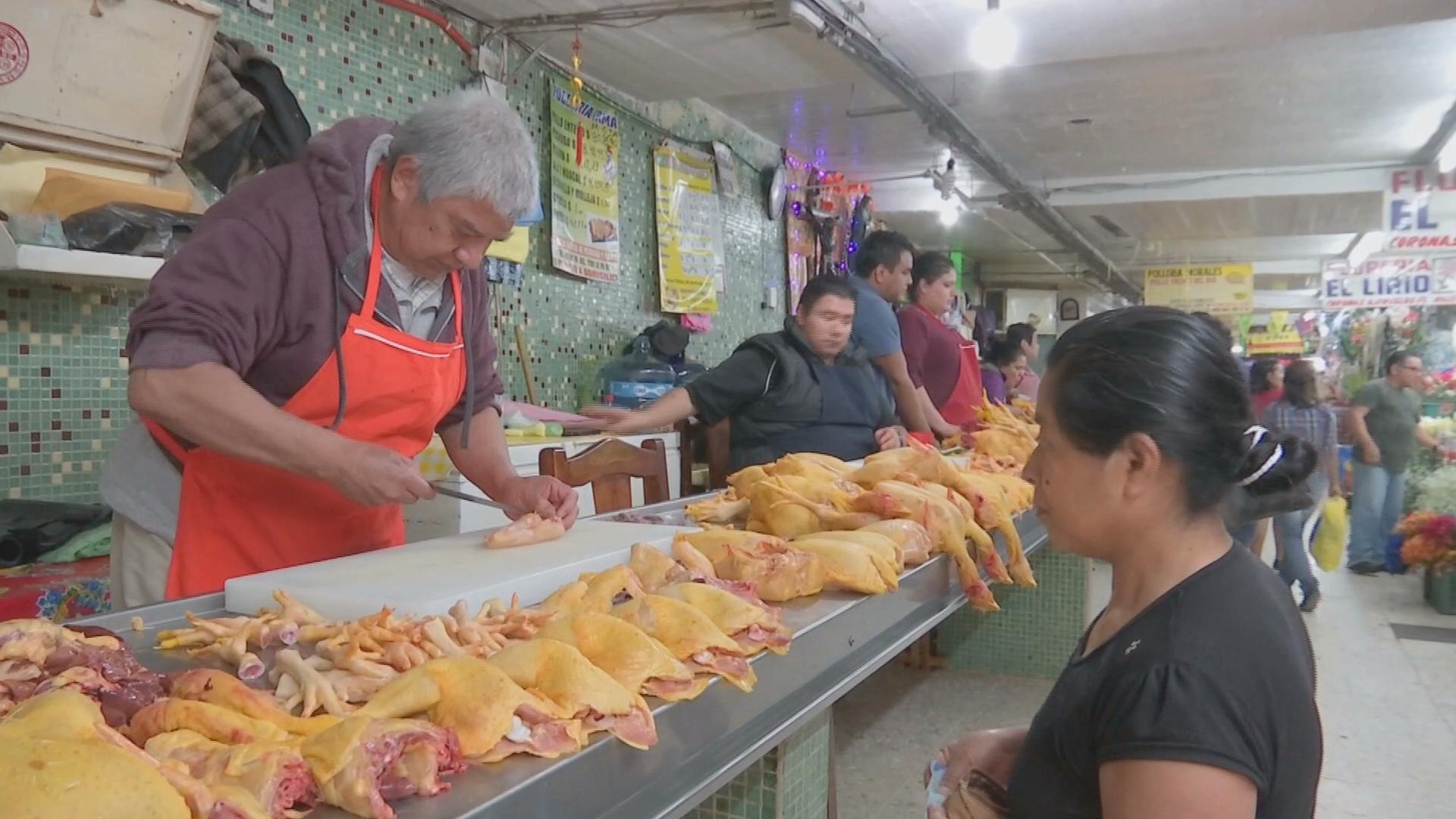 Vendedores prevén aumento del precio de la carne de pollo