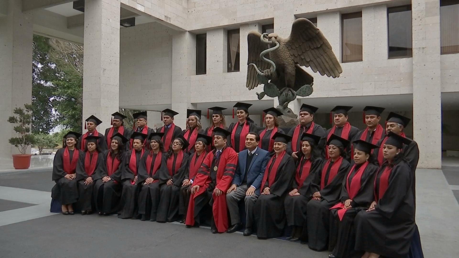 Egresan los primeros estudiantes en línea de la Universidad del Conde