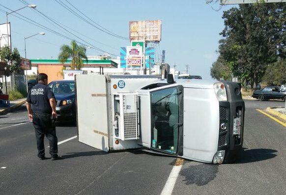 Vuelca camioneta tras chocar, en El Lencero