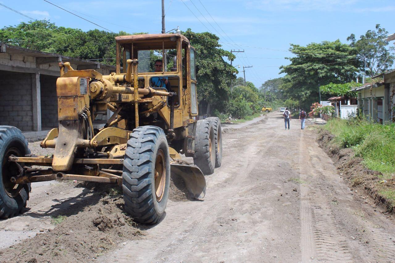 Rehabilitan caminos en la zona rural de Tierra Blanca