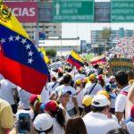 Gobierno y oposición miden fuerzas en marchas a favor y contra Maduro