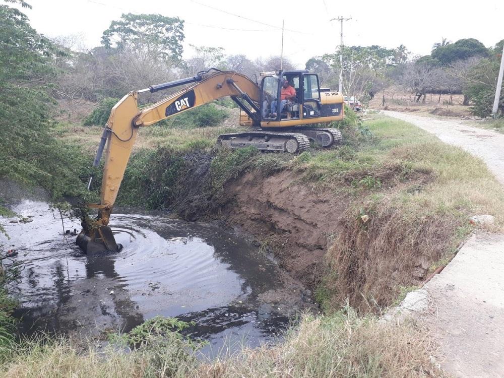 Trabajan en limpieza y desazolve de arroyos y canales en Tierra Blanca