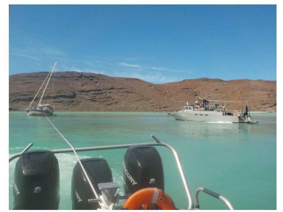 Personal naval auxilia a tripulantes de un velero en La Paz, Baja California Sur