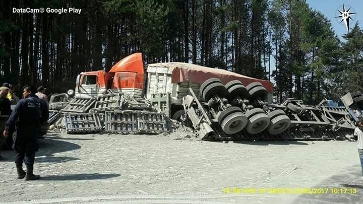 Chocan tráileres en la carretera libre Xalapa-México; circulación vehicular cerrada