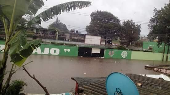 Alumnos de la Unidad y Trabajo se quedan atrapados por inundación