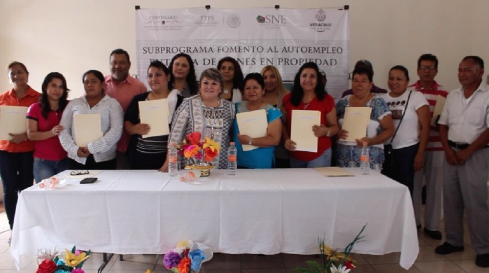 SNE en Veracruz entrega actas de bienes en propiedad a emprendedores de Pánuco