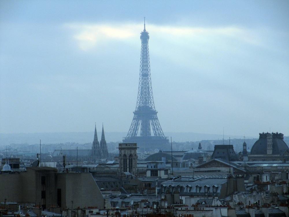"""Torre Eiffel es evacuada por presencia de """"escalador"""""""