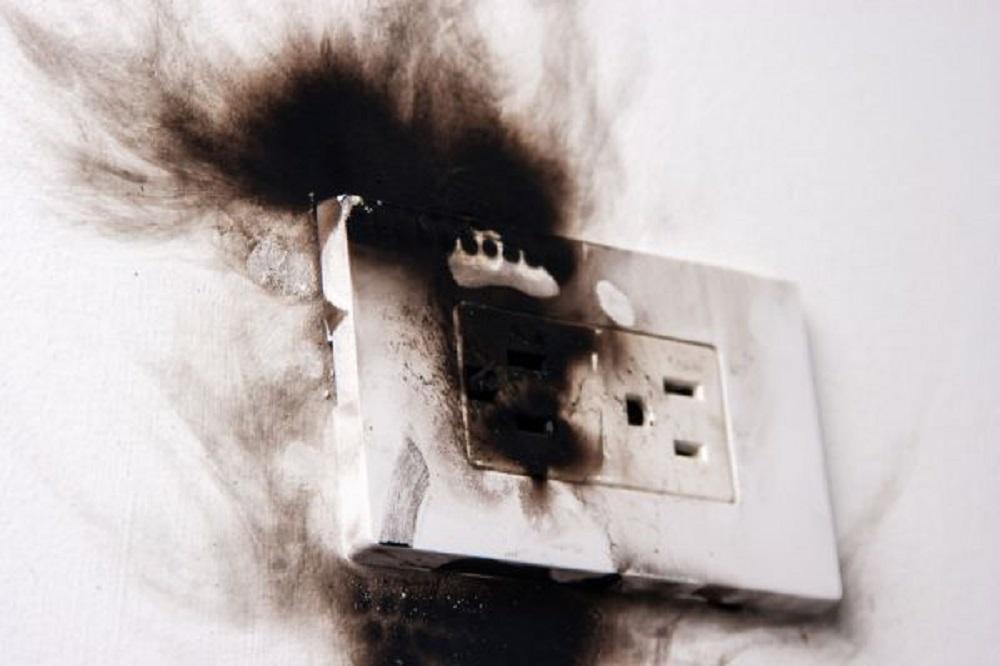 Durante temporada de calor, aumentan casos de corto circuito en casa habitación