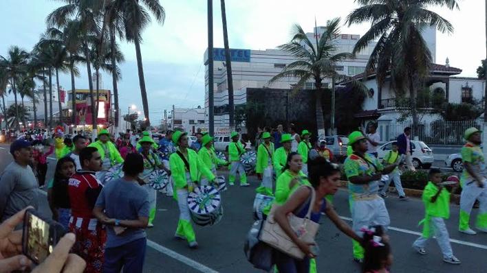 Celebran desfile de verano en Veracruz