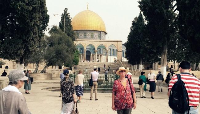 Palestinos vuelven a rezar en mezquita sagrada en Jerusalén