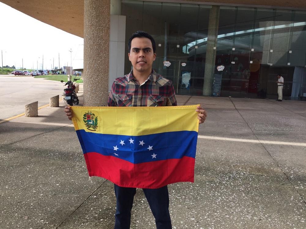 En Coatzacoalcos, joven venezolano recolecta medicamentos para sus compatriotas