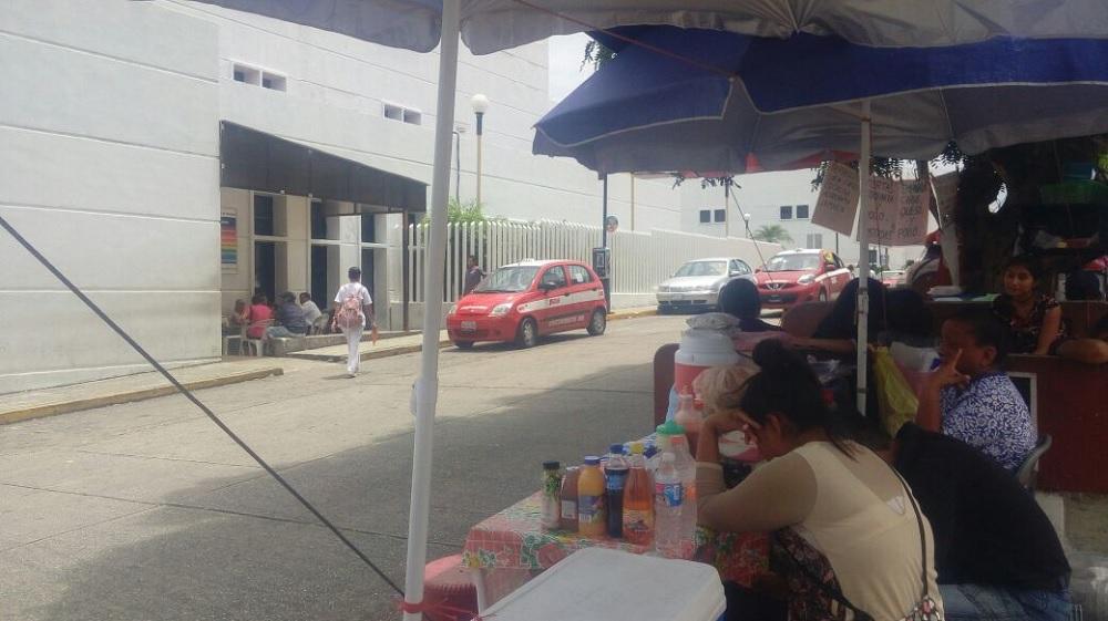 Aumenta presencia de vendedores ambulantes en hospitales de Coatzacoalcos