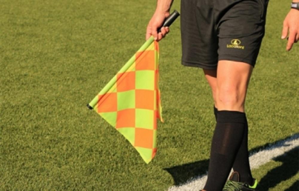 Arbitro francés agrede a futbolista y lo suspenden