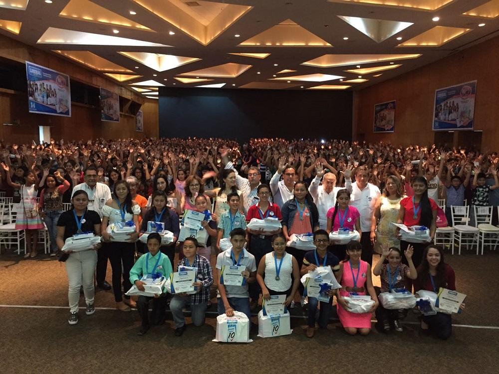 Entrega Diario Liberal del Sur paquetes escolares a estudiantes de excelencia académica de Coatzacoalcos y región sur