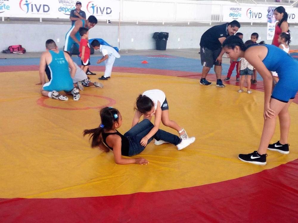Invitan a practicar luchas asociadas en Arena Veracruz