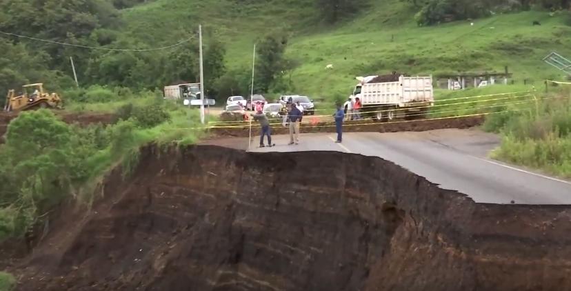 Trabaja gobierno de Veracruz en reparación de carretera que conduce a Naolinco