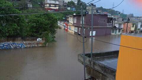 Dos inundaciones, provocó la lluvia de este lunes en Xalapa