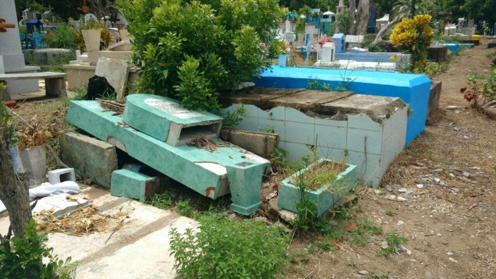 Causan daños en panteón de Coatzacoalcos