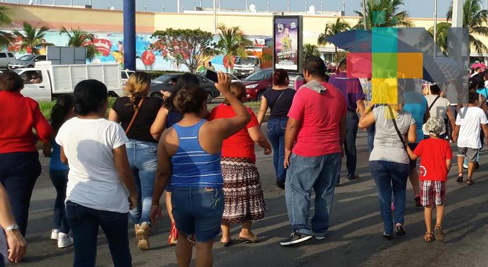 Bloquean avenida JB Lobos de Veracruz; piden dictamen de infraestructura de escuela