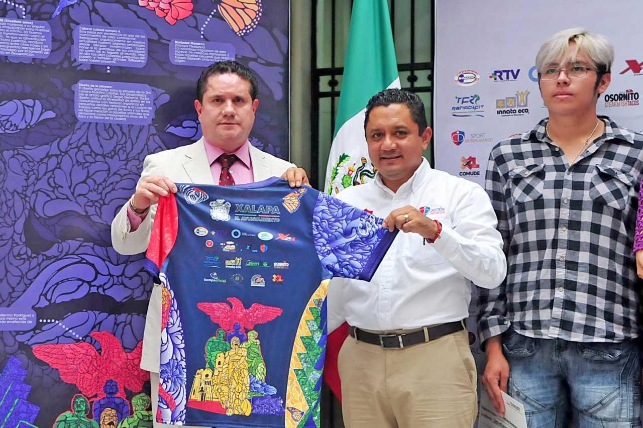 Presentan playera y medalla de la 3ª Carrera Nuestra Capital XL