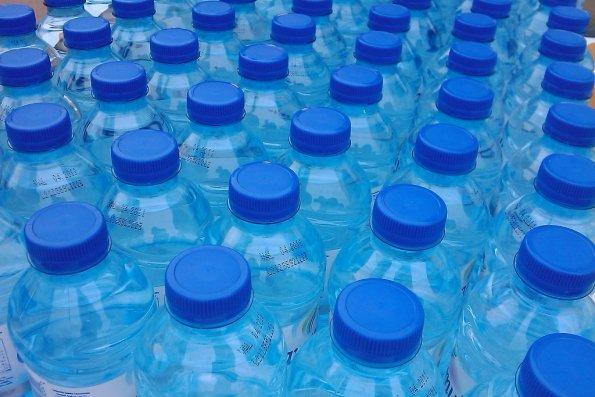 Daña el agua embotellada la salud y naturaleza