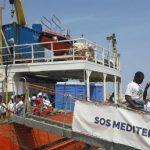 Llega a Sicilia barco con cientos de inmigrantes rescatados en alta mar