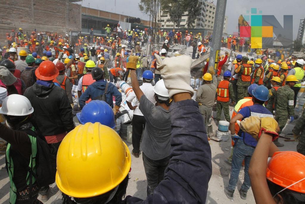 Capitalinos rinden homenaje a víctimas a un mes del sismo
