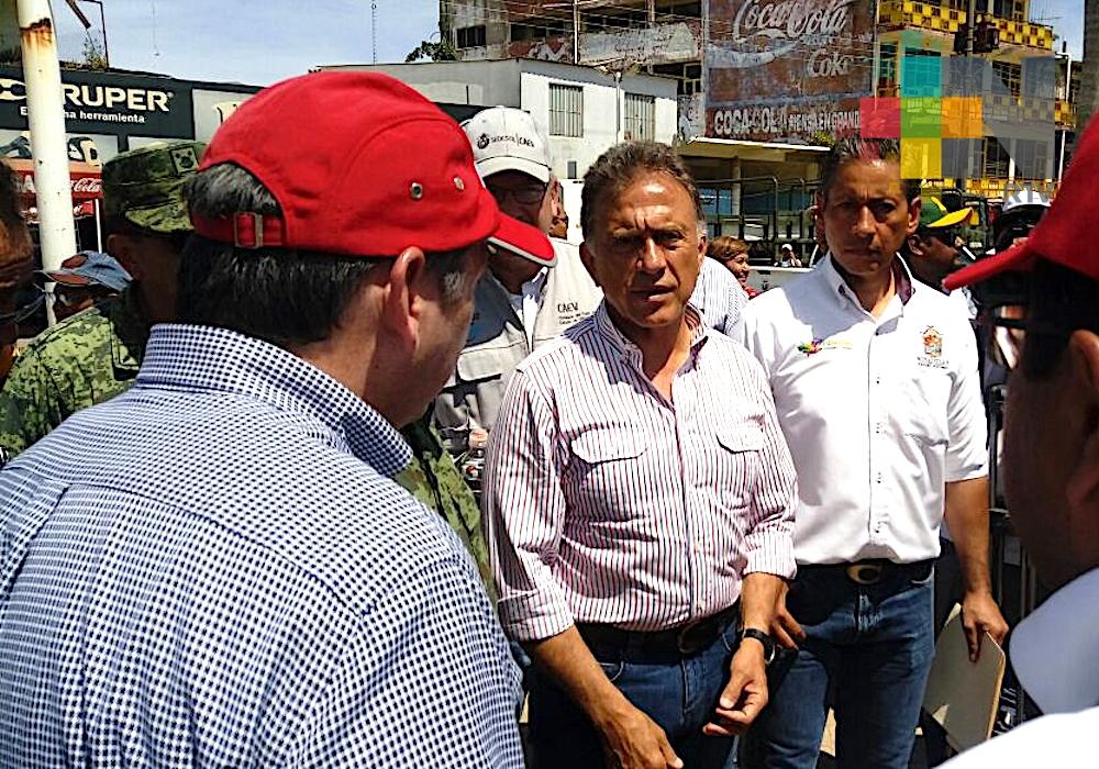 Recorre gobernador Yunes zona afectada por inundaciones en Minatitlán