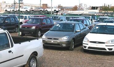 Alerta SAT sobre placas y engomados ilegales para autos importados