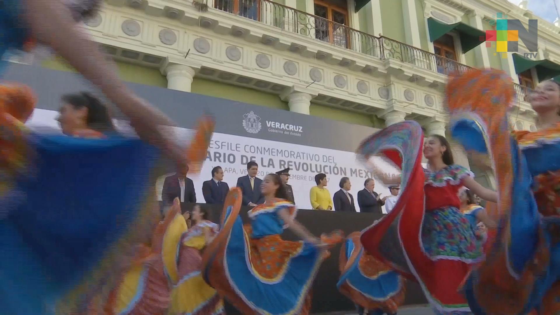 Realizan desfile cívico-deportivo en Xalapa