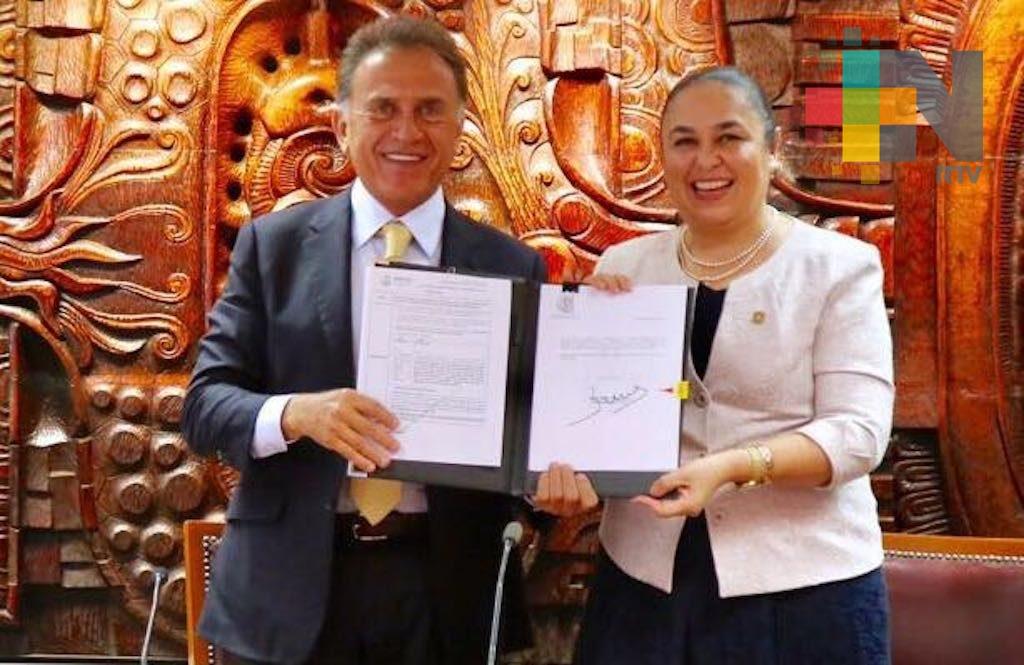 Gobernador Yunes firmó decreto que da autonomía financiera a la UV
