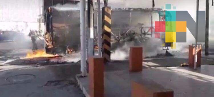 Se incendia camión de pasajeros en Coatzacoalcos, no hay lesionados