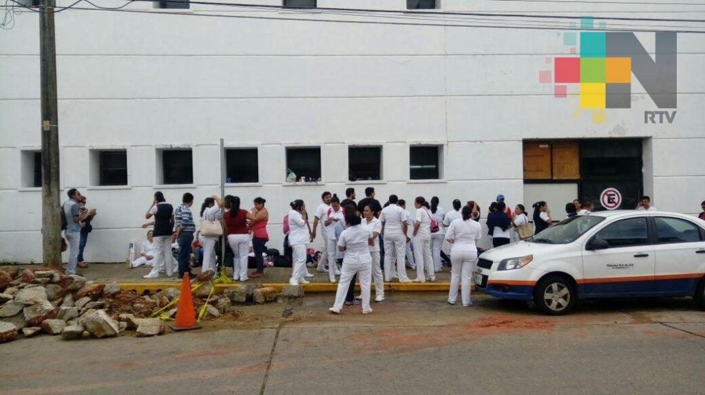 Mantienen protesta enfermeros eventuales de hospital regional de Coatzacoalcos
