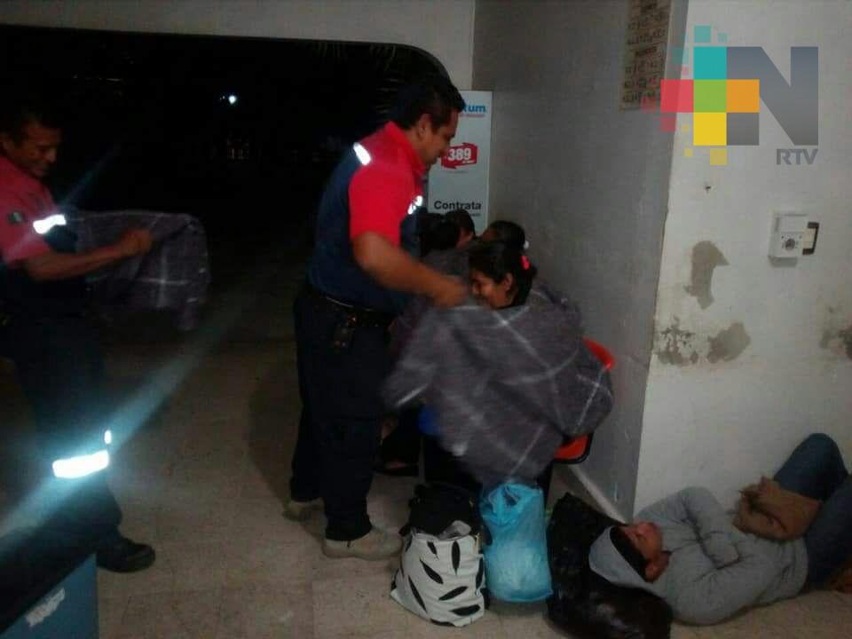 Reparte PC de Minatitlán cobertores a indigentes y a familiares de enfermos en hospitales