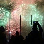 Reciben en Asia al 2018 entre cantos, besos y fuegos artificiales