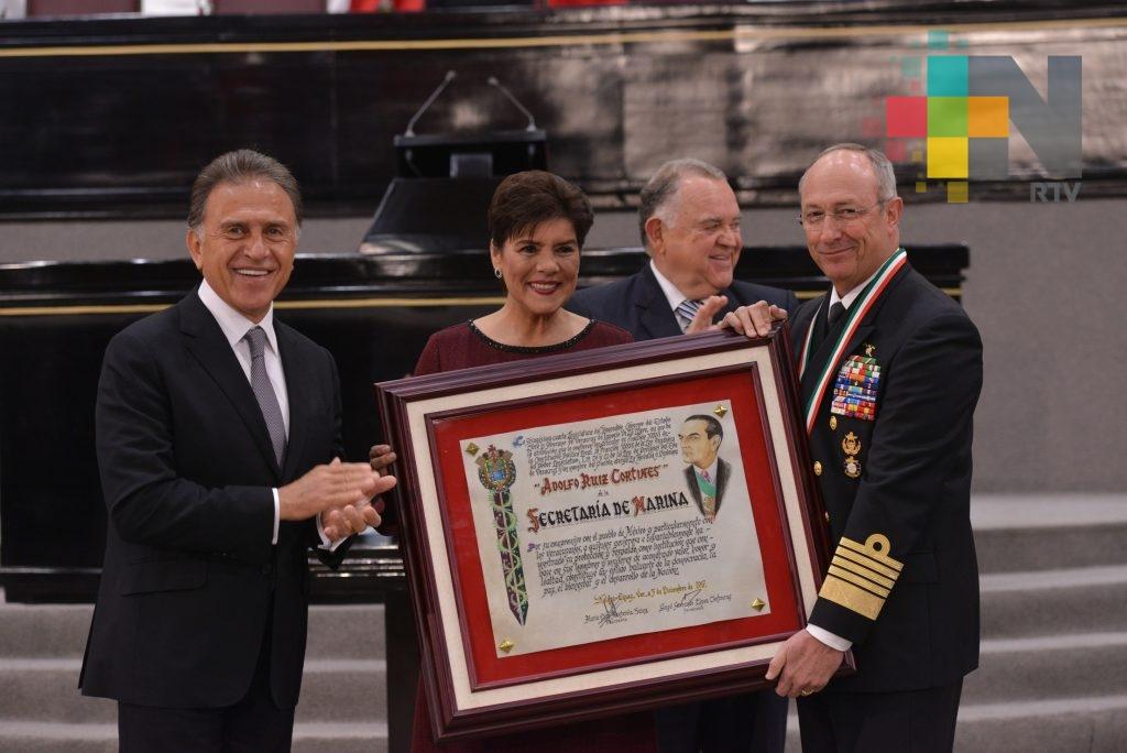 """Entregan medalla """"Adolfo Ruiz Cortines 2017"""" a Ejército y Marina"""