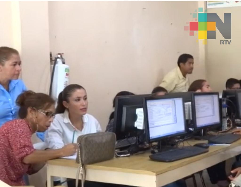 SEV respalda con asesoría y equipo de computo a docentes de Tantoyuca