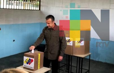 Venezolanos acuden a votar para elegir a 335 alcaldes y un gobernador