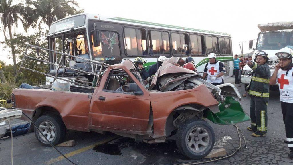 Cinco muertos por choque entre autobús y camioneta, en la carretera Veracruz-Xalapa
