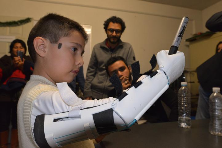 Estudiantes de la UV crean prótesis mecánica de mano para un niño