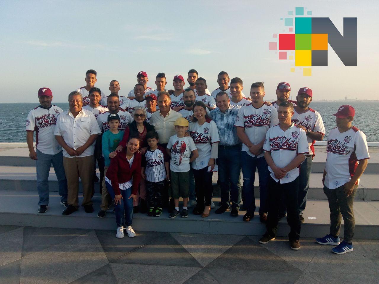 Gobernador del Veracruz abandera al equipo de beisbol Tobis de Acayucan