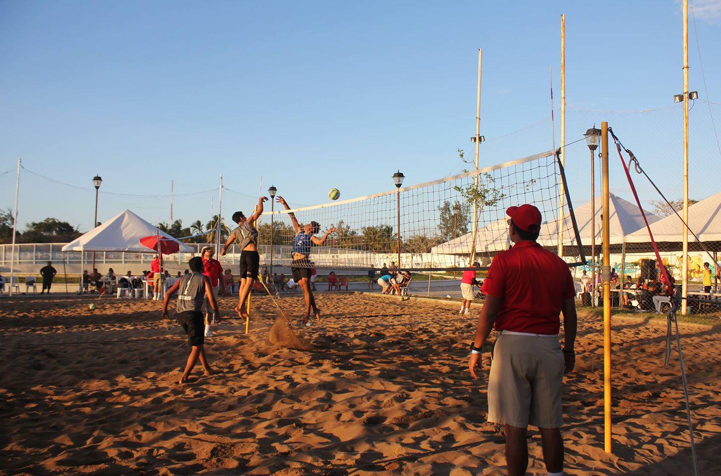 Extraordinarios encuentros en la final de voleibol de playa en OE18