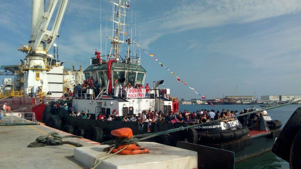 Desfile náutico por la bahía del puerto, parte de las actividades del Carnaval
