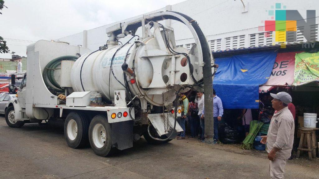 Realizan trabajos de mantenimiento en drenaje del mercado Morelos de Coatzacoalcos