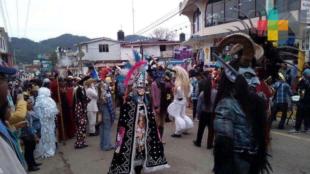 En la sierra de Huayacocotla, cientos de visitantes celebran el carnaval